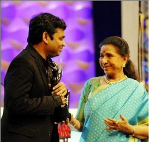 Rahman accepting the Filmfare for Best Music Director from Asha bhonsle